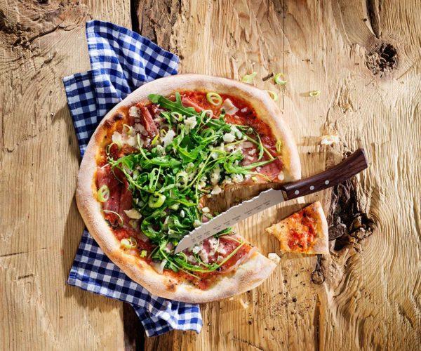 Produktfotografie: Packshot von Pizza und Messer